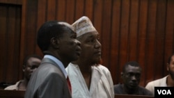 Radical Kenyan cleric Sheikh Abubakar Shariff, also known as Makaburi, right, with his lawyer, at the High Court, Mombasa, October, 2013. (Mohammed Yusuf/VOA)