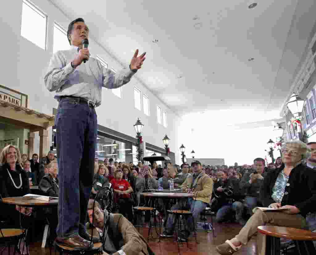 Bakal calon dari Partai Republik yang menang di Iowa dan New Hampshire, Mitt Romney, berkampanye di Music Man Square, di Mason City, Iowa, 29 Desember 2011 (AP).