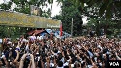 Pemimpin pro demokrasi Aung San Suu Kyi berbicara di hadapan para pendukungnya setelah pembebasannya 2 minggu lalu.