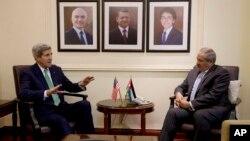 요르단을 방문한 존 케리 미국 국무장관(왼쪽)이 7일 암만에서 나세르 주데 요르단 외무장관과 회담했다.