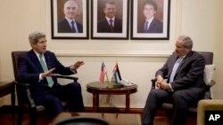 El secretario John Kerry conversa con el primer ministro jordano, Nasser Judeh, en Ammán.