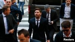 Cầu thủ bóng đá Lionel Messi (giữa) đến tòa cùng cha, ông Jorge Horacio Messi (thứ 3 bên phải) vì vụ gian lận thuế ở Barcelona, Tây Ban Nha, ngày 2 tháng 6 năm 2016.