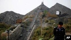 ຕໍາຫລວດກໍາລັງເຝົ້າຍາມສະຖານທີ່ບໍ່ຖ່ານຫິນ ໃນເມືອງ Yuzhou ແຂວງ Henan, ວັນທີ 17 ຕຸລາ 201.