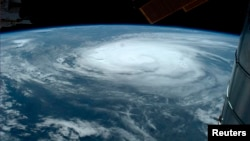 Foto satelit badai Arthur di atas samudra Atlantik menuju pantai timur AS (3/7).