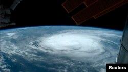 En la imagen se observa al Huracán Arthur desde la Estación Espacial Internacional.