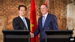 19일 뉴질랜드 총리 관저에서 응웬 떤 중 베트남 총리(왼쪽)와 존 키 뉴질랜드 총리가 교역 증대 합의문에 서명한 뒤 악수하고 있다.