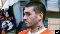 រូបឯកសារ៖ រូបថតដែលបានថតនៅថ្ងៃទី៣១ ខែតុលា ឆ្នាំ១៩៩៧នេះ បង្ហាញអំពី Daniel Lewis Lee កំពុងរង់ចាំការបើកសវនាការជំនុំជម្រះក្ដីរបស់ខ្លួន ចំពោះអំពើឃាតកម្មនៅឯមជ្ឈមណ្ឌលឃុំឃាំងPope County Detention Center ក្នុងសង្កាត់ Russellville រដ្ឋArkansas។