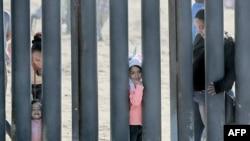 Sejumlah imigran di tembok perbatasan.