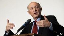 James Woolsey ha criticado la política exterior de Barack Obama y la gestión de Hillary Clinton como secretaria de Estado.