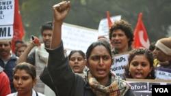 Para aktivis dari Partai Komunis India (CPIML) melakukan unjuk rasa mengecam pemerintah dan RUU Anti Korupsi di New Delhi (29/12).