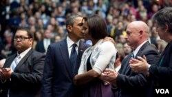 El presidente y la primera dama en la ceremonia de recordación de la víctimas de Tucson.