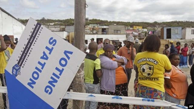 People queue to cast their ballots in local municipality elections, in a township on the outskirts of Cape Town, South Africa, May 18, 2011