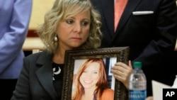Debbie Ziegler se aferra a una foto de su hija Brittany Maynard, la mujer californiana por la que se aprobó la ley de muerte asistida en California.