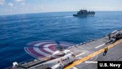 邦霍姆·理查德号两栖攻击舰载有一架直升机在南中国海行动(美国海军2016年10月3日)