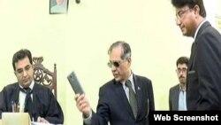 چیف جسٹس نے گزشتہ ہفتے لاڑکانہ کی ایک عدالت کے دورے کے دوران ٹی وی کیمروں کے سامنے جج کو ڈانٹ ڈپٹ کی تھی اور ان کا فون اٹھا کر پھینک دیا تھا۔