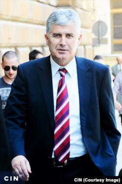 Dragan Čović je kao predsjednik HNS-a pravni zastupnik i ovlašteni potpisnik finansijskih dokumenata ovog nevladinog političkog udruženja.