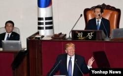도널드 트럼프 미국 대통령이 8일 한국 국회 본회의장에서 1993년 7월 빌 클린턴 대통령에 이어 24년 만에 국회 연설을 하고 있다.