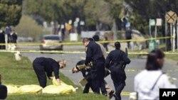 Поліція працює на місці скоєння злочину.