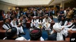 طالبان رہنما گزشتہ ماہ ماسکو کے دورے کے موقع پر صحافیوں سے گفتگو کر رہے ہیں۔ (فائل فوٹو)