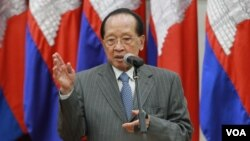 Foreign Minister Hor Namhong at the map handover ceremony from the French Embassy, Peace Palace, Cambodia, on September 03, 2015. (Hean Socheata/VOA Khmer)