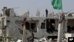 در آن جنگ، ۱۵ هزار منزل مسکونی و یگانه فابریکۀ برق غزه ویران شد.