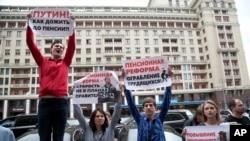 Người Nga biểu tình phản đối việc nâng tuổi nghỉ hưu.