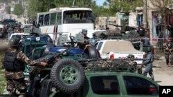 2015年5月4日阿富汗安全部队在喀布尔检查自杀式袭击现场