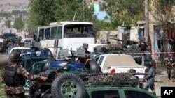 Pasukan keamanan Afghanistan memeriksa lokasi serangan bunuh diri di Kabul, Afghanistan, Senin (4/5).