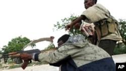 소말리아 정부군에 포격하는 이슬람 테러단체 알-샤바브. (자료사진)