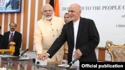 Presiden Afghanistan Ashraf Ghani (kanan) dan PM India Narendra Modi dalam pertemuan bulan Juni lalu (foto: dok). Kedua pemimpin sepakat untuk bekerjasama memerang terorisme.