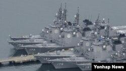 북한 미사일 발사에 대비해 5일 오후 일본 나가사키현 해상 자위대 사세보 기지에 정박하는 이지스함.