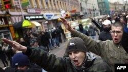 Moskova'da gösteri yapan Rus neo-naziler