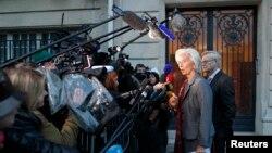 ຫົວໜ້າອົງການ IMF ທ່ານນາງ Christine Lagarde ຖະແຫຼງຕໍ່ພວກນັກຂ່າວ ຫຼັງຈາກສານລະບຸຊື່ ໃຫ້ທ່ານນາງ ເປັນພະຍານຄົນສຳຄັນ ໃນຄະດີຈ່າຍເງິນ ທີ່ເປັນບັນຫາຖົກຖຽງ ໂຕ້ແຍ້ງ ຢູ່ຝຣັ່ງ (24 ພຶດສະພາ 2013)