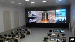 Ilmuwan dan teknisi pada Pusat Kontrol dan Komando Satelit di luar kota Pyongyang menyaksikan peluncuran roket. (Foto: AP)