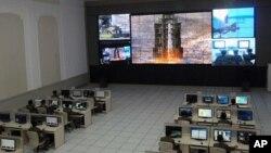 Para ahli dan teknisi tengah mengamati peluncuran roket Unha-3 dari pusat kendali di Tongchang-ri, Korea Utara (12/12). Pihak Korea Selatan belum bisa memastikan apakah satelit yang telah berhasil mengorbit dengan normal tersebut dapat berfungsi dengan baik.