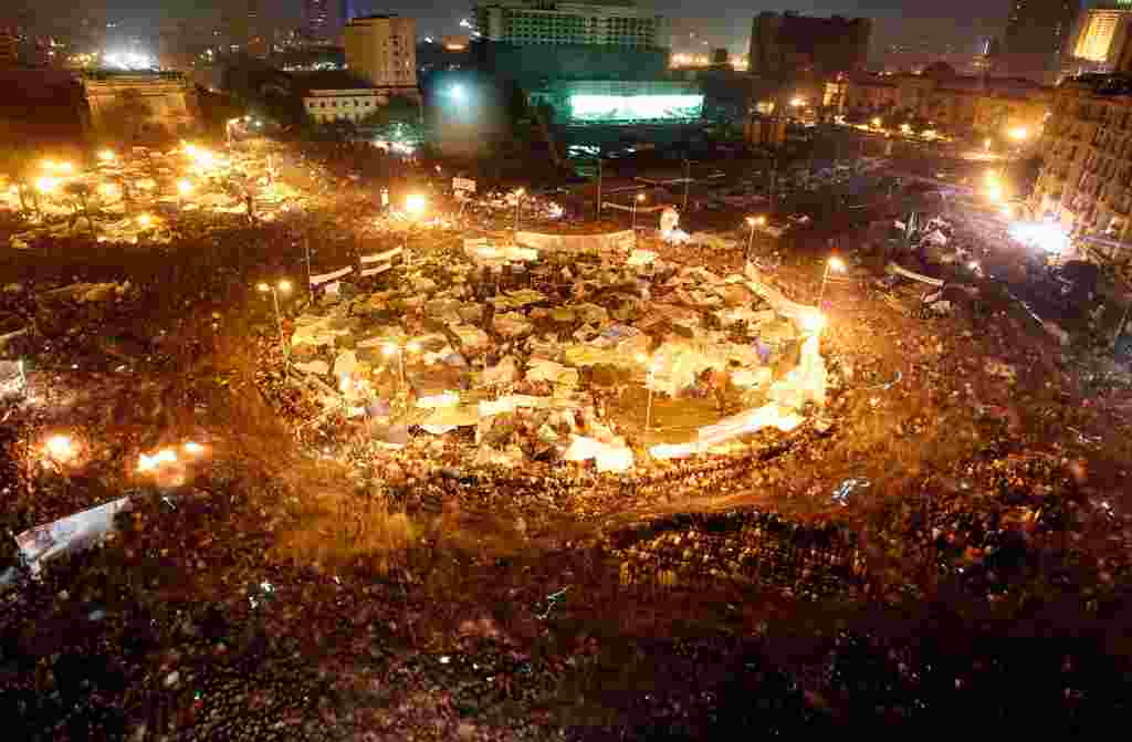 Manifestantes opuestos al gobierno de Egipto celebran en la Plaza de Tahrir, en El Cairo, tras el anuncio de dimisión del presidente Hosni Mubarack.