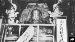 一尊佛像上贴有文化大革命的口号(1966年8月27日)