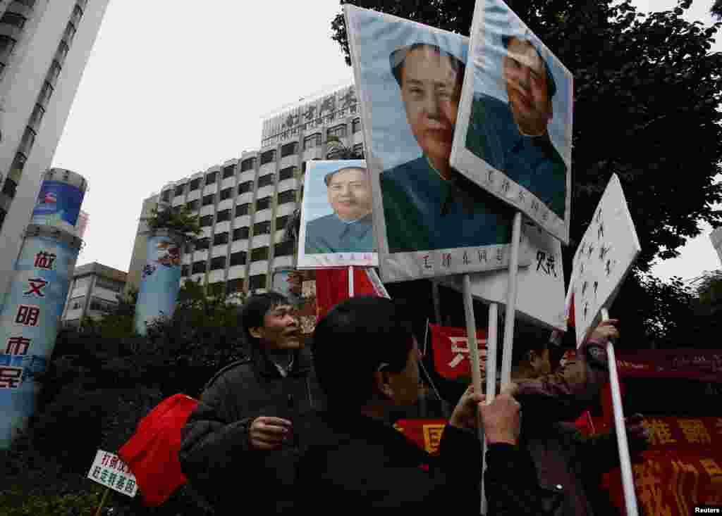 2013年1月9日,左派人士举着毛泽东像聚集在广州《南方周末》总部的外。