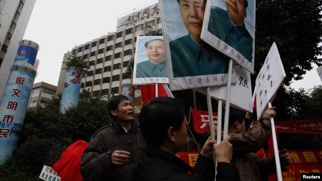 Người biểu tình cầm chân dung lãnh tụ Mao Trạch Đông bên ngoài văn phòng của tờ Nam Phương Tuần báo ở Quảng Châu, ngày 9/1/2013.