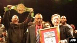 Chánh chủ biên tờ New York Daily News Kevin Convey (phải) trao giải thưởng Daily News Front Page cho Joe Frazier (giữa)