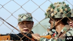 چین اور بھارتی فوج کے افسران کے درمیان کشیدگی کے خاتمے کے لیے مذاکرات بھی ہوچکے ہیں۔ (فائل فوٹو)