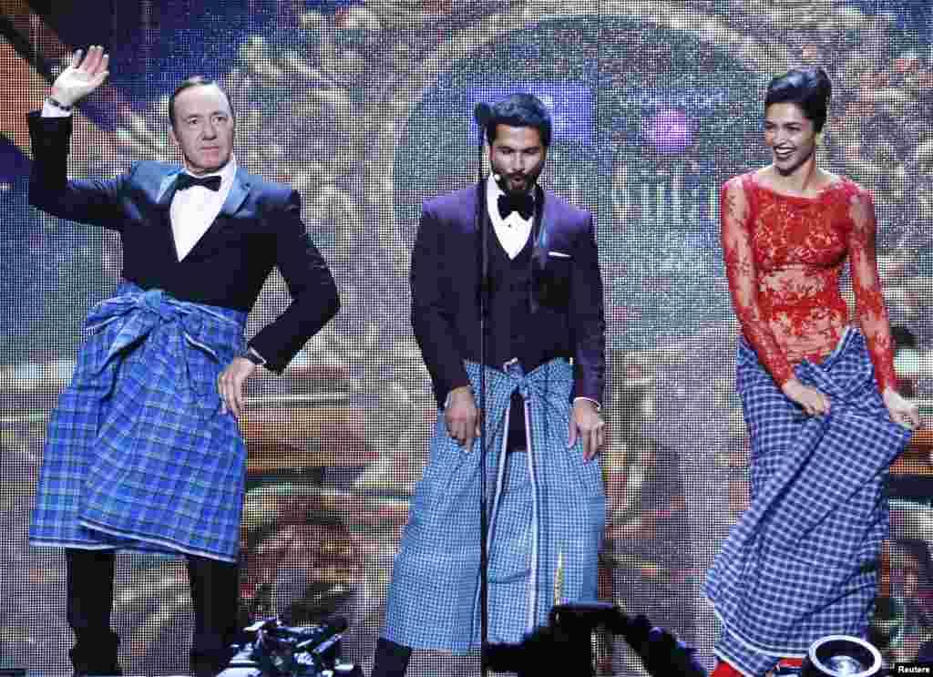 """ہالی ووڈ کے معروف اداکار کیون اسپیسے لُنگی پہن کر بھارت کے مشہور گانے """"لُنگی ڈانس"""" پر رقص کر رہے ہیں۔"""