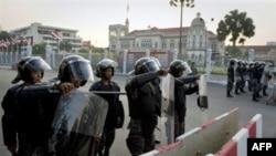 Lệnh khẩn cấp đã được ban hành hồi đầu tháng 4 và được áp dụng trên khoảng ¼ lãnh thổ Thái Lan để đáp lại các cuộc biểu tình của phe Áo Đỏ làm tê liệt thủ đô trong nhiều tuần lễ