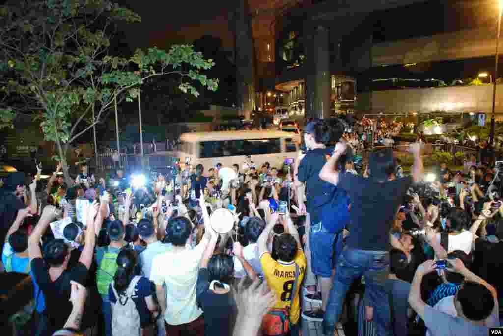 學民思潮帶領近千名示威者,星期日晚在李飛等北京官員下榻的酒店外,對駛入酒店的李飛車隊喝倒采。