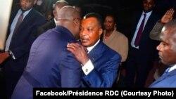 Président Félix Tshisekedi (G) ya RDC na mokokani wa ye Denis Sassou N'Guesso ya Congo-Brazzaville bapesani lipwepwe na libongo ya Brwazzaville, Congo, 9 septembre 2019. (Facebook/Présidence RDC)