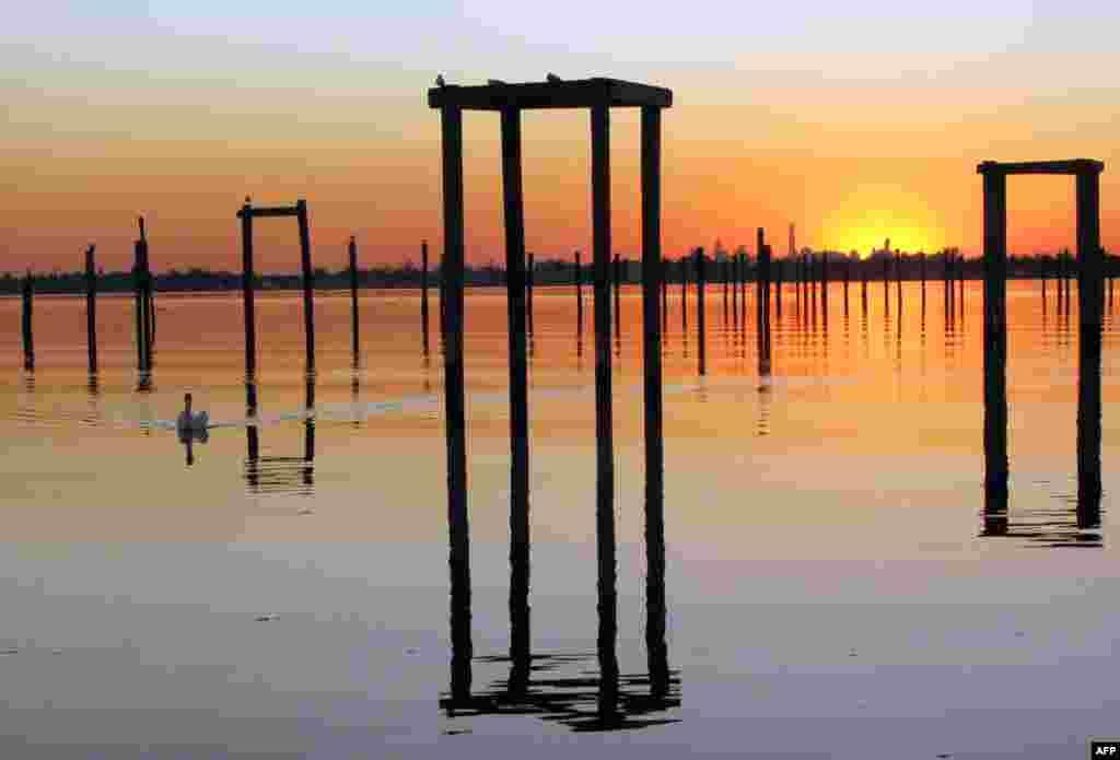 Suasana matahari terbenam di Eastchester Bay, dengan latar belakang kawasan Manhattan, New York.