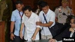 Mantan Ketua DPR RI Setya Novanto tampak dibawa ke ruang sidang pengadilan di Jakarta, Rabu 13/12. (Foto: Antara/Wahyu Putro)