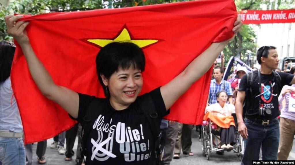 """Nhà hoạt động Nguyễn Thuý Hạnh tại một buổi biểu tình phản đối đường """"lưỡi bò"""" của Trung Quốc trên Biển Đông. Đại sứ quán Czech ở Hà Nội vừa lên tiếng kêu gọi chính quyền Việt Nam thả tự do cho bà."""