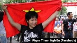 """Nhà hoạt động Nguyễn Thuý Hạnh tại một buổi biểu tình phản đối đường """"lưỡi bò"""" của Trung Quốc trên Biển Đông. Bộ ngoại giao Cộng hoà Czech vừa lên tiếng kêu gọi chính quyền Việt Nam thả tự do cho bà."""