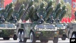 지난 2009년 10월 중국 건국 60주년 기념 열병식에서 미사일 부대가 행진하고 있다. (자료사진)